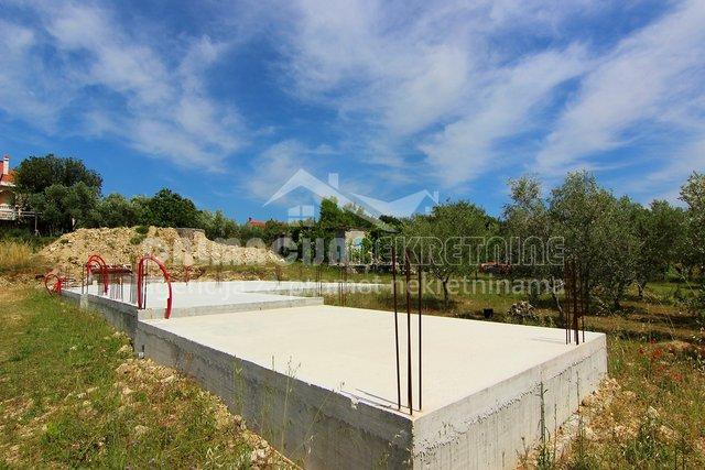 Zadar, Crno, građevinsko zemljište s pravomoćnom građevinskom dozvolom